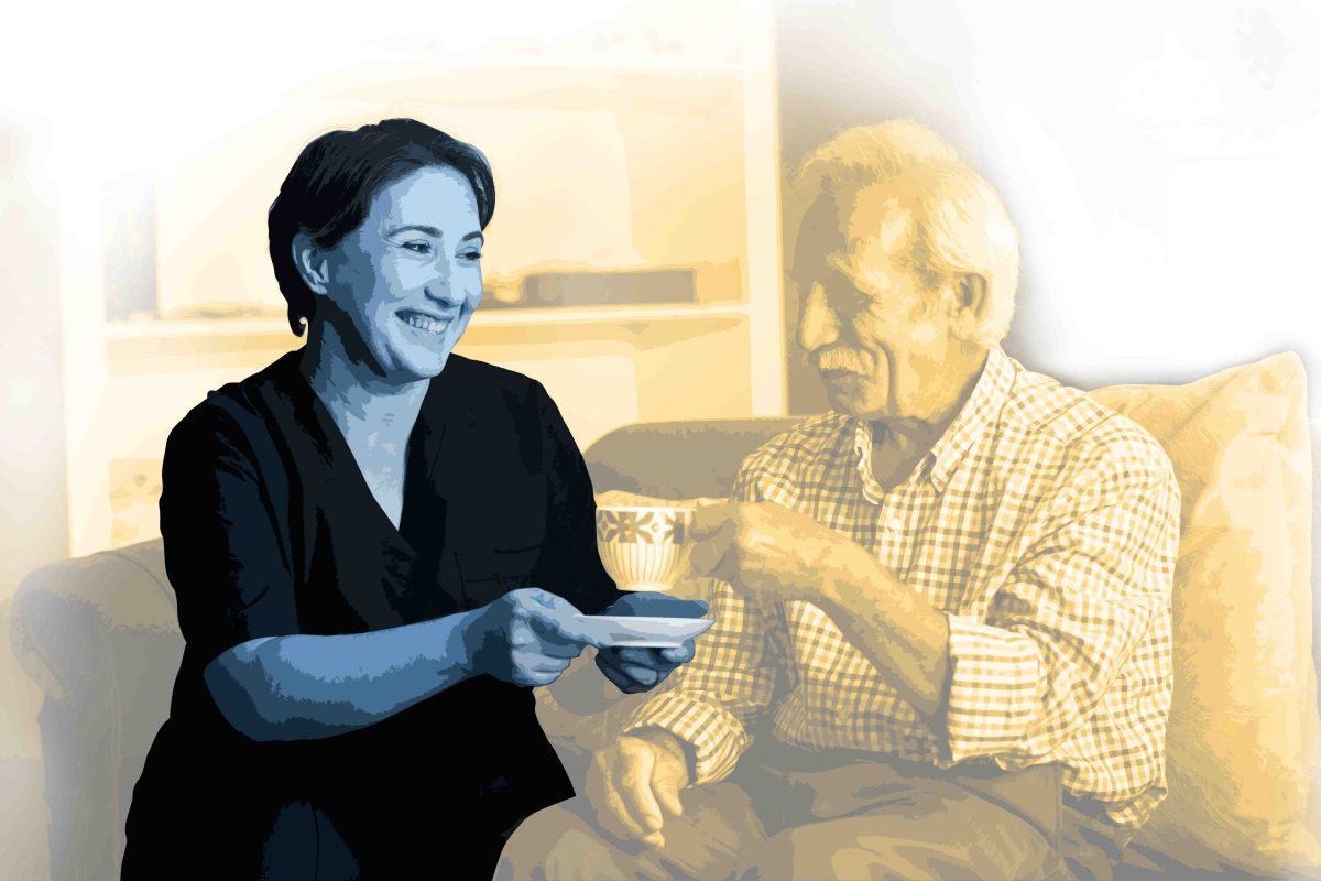 Pflegefachkraft hält die Untertasse für die Kaffeetasse von dem ein älterer Mann getrunken hat