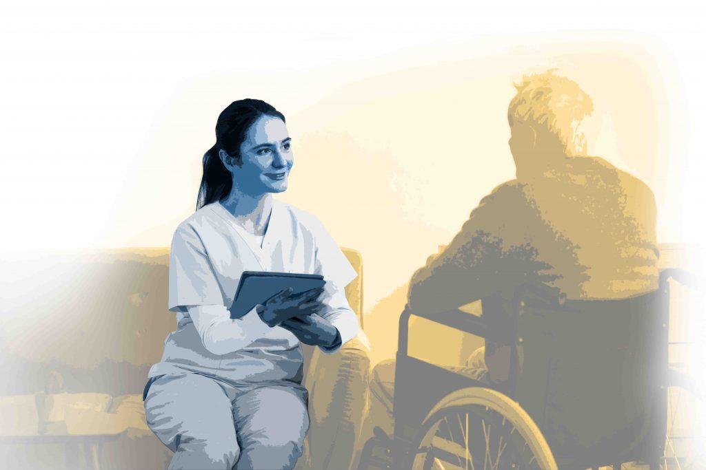 Lächelnde Pflegerin unterhält sich mit Mann der im Rollstuhl sitzt.