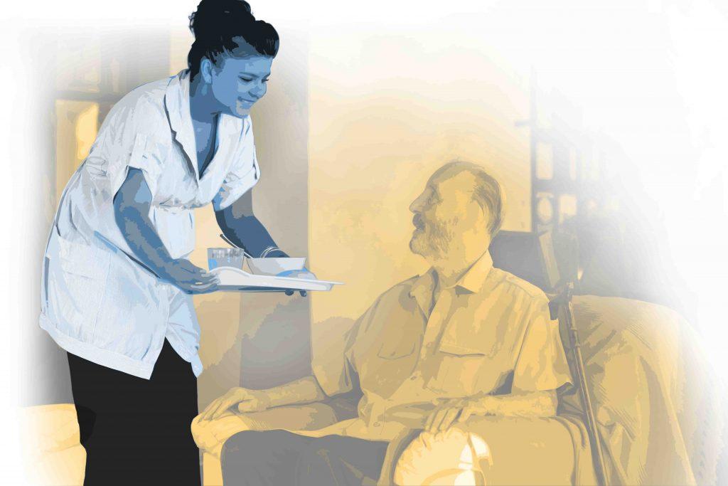Pfleger/-in im Wohnheim reicht dem Bewohner das Essen