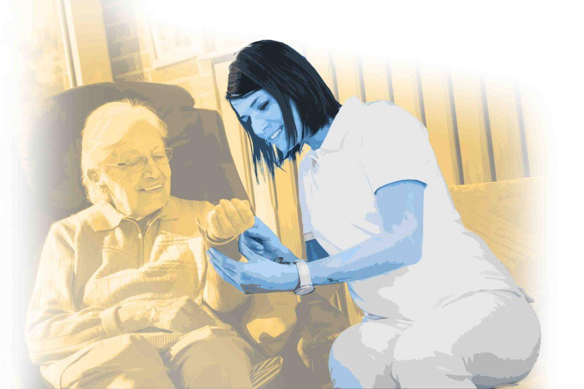 Eine ältere Dame wird von einer Pflegekraft versorgt